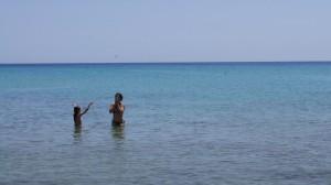 Sardinien - Abendruhe, Mutter und Tochter am Strand - Foto by Alireza Zokaifar