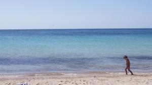 Sardinien - Junge am Strand - Foto by Alireza Zokaifar