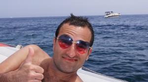 """Alireza, der Geschichtenerzähler auf Sardinien mit seiner neuen """"Mr. Lover Lover Brille"""""""