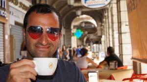 """Alireza in Cagliari / Sardinien - Mit einer Tasse Cafe und seiner """"Mr. Lover Lover Brille"""""""